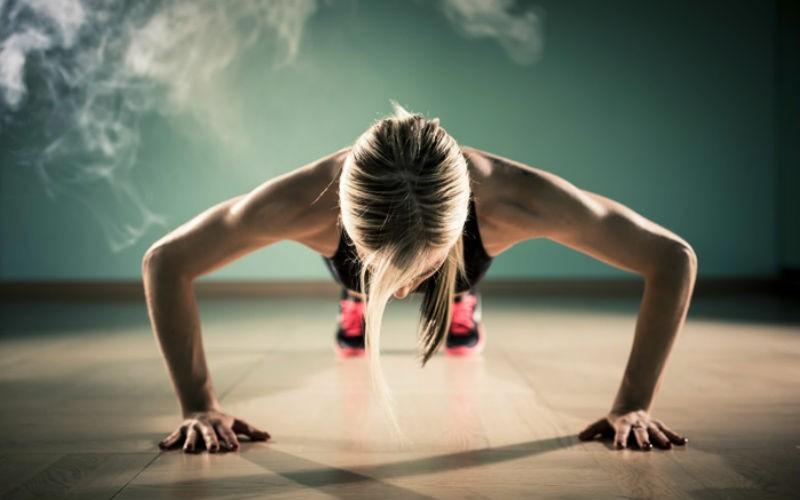 Женщина делает упражнения